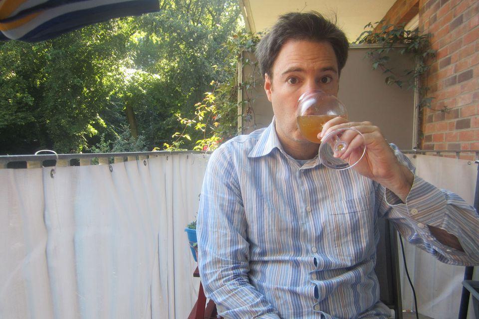 Prost! Der Autor beim Verkosten seines eigenen Bieres
