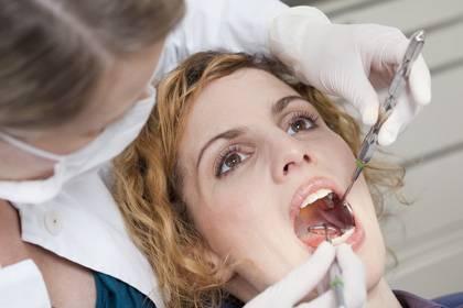 Teurer Schmerz: Verbaucher sollten Zahnzusatzversicherungen rechtzeitig abschließen, wenn sie hohe Kosten vermeiden wollen