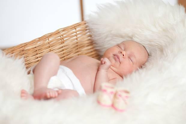 Babies auf Schlafsfell schlafen zu lassen, ist hierzulande üblich.