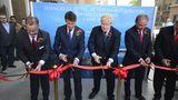 Das rote Band wird durchschnitten: Unter den Machern auch Londons Bürgermeister Boris Johnson (Dritter von links), der standesgemäß mit Fahrrad und geschultertem Rucksack angeradelt kam. Links neben ihm Sebastian Newbold Coe, Ex-Leichtathlet und Vorsitzender des Organisationskomitees der Olympischen Sommerspiele 2012.