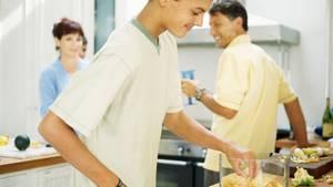 Wenn Kindern alles abgenommen wird, kommen sie vor dem Essen nur noch für einen Snack in die Küche. Wenn sie mithelfen müssen, können sie kochen, wenn sie ausziehen.