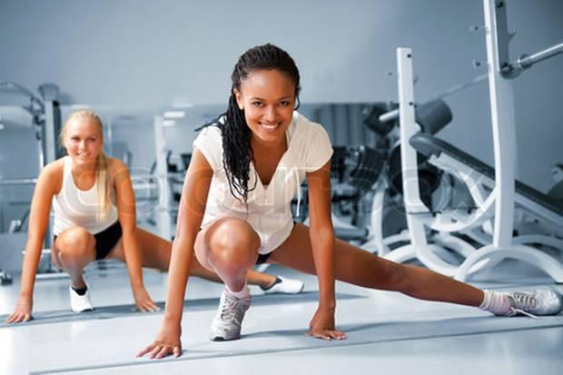 Diese beiden Sportlerinnen sind mit der Wahl ihres Fitnessstudios offenbar zufrieden. Den richtigen Anbieter zu finden, ist aber gar nicht so einfach.