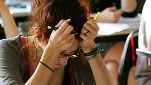 Nicht den Kopf hängen lassen: Es gibt Mittel gegen Prüfungsangst.