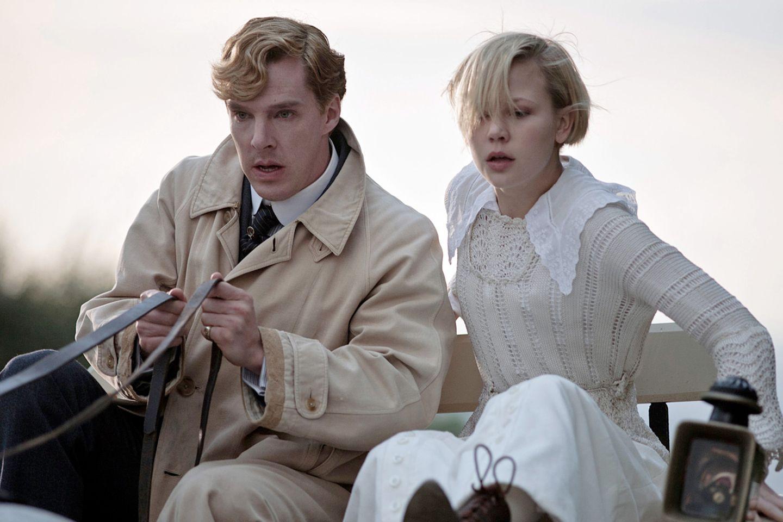 Die freigeistige Verlockung sitzt auf dem Kutschbock: Christopher Tietjens (Benedict Cumberbatch) begleitet die junge Valentine Wannop (Adelaide Clemens) mit der Kutsche nach Hause - wegen des dichten Nebels ein Höllenritt.