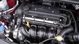 Beflügelt wird der ix20 von zwei Benzinmotoren (1.4 mit 66 kW / 90 PS, optional der 1.6 mit 92 kW / 125 PS) oder einem Dieselaggregat (1.4 CRDi mit 66 kW / 90 PS). Schon der Basisbenziner mit 90 PS ist voller Tatendrang, bietet bei relativ niedrigen Drehzahlen guten Durchzug und ist mit einem Durchschnittsverbrauch von sechs Litern pro 100 Kilometer (Werksangabe) sparsam unterwegs