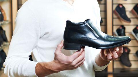 Der größte Teil des Schuhleders wird zumeist mit dem Schwermetall Chrom gegerbt. Als Kunde im Schuhgeschäft erfährt man nichts über das Gift in der Ware - bislang gibt es keine Kennzeichnungspflicht für Schuhe.