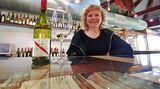 """Schon seit 1912 werden bei d'Arenberg Weine gekeltert, inzwischen in der vierten Generation. Mary schenkt bei der Verkostung auch den """"The Dead Arm Shiraz"""" aus, einen vollmundigen Wein mit 15 Prozent Alkoholgehalt, der aus pilzbefallenen Reben gewonnen wurde"""