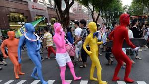 Mit bunten Kostümen auf der Orchard Road.