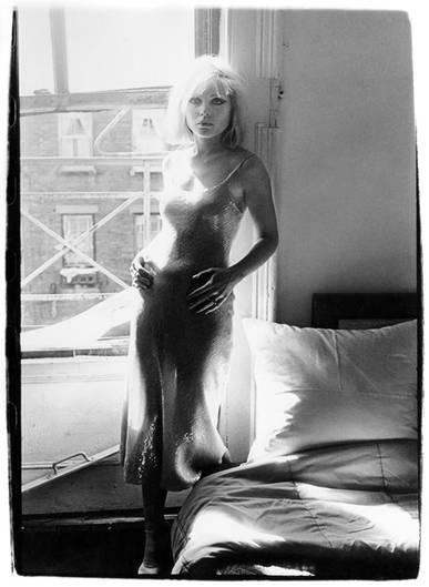 Blondie-Sängerin Debbie Harry, in ihrem Apartement in der New Yorker Bowery, fotografiert von ihrem Bandkollegen und damaligen Lebensgefährten Chris Stein