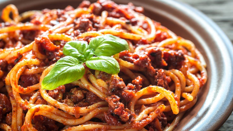 Finden Sie den Fehler: Natürlich sieht diese Pasta zum Anbeißen aus. Dennoch: In Italien wird ragù alla bolognese niemals mit Spaghetti serviert. Demnach gibt es auch keine Spaghetti bolognese.