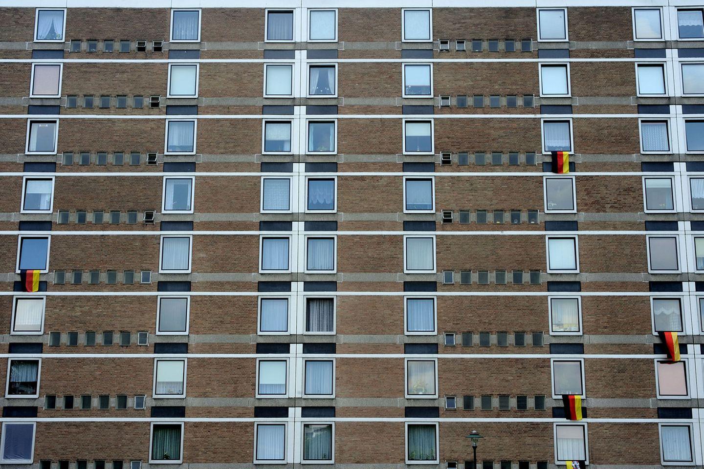 """""""Wo man singt, da lass dich ruhig nieder"""": Wie die Flaggen verraten, dürfte in diesem Wohnhaus aus mindestens vier Kehlen das Deutschlandlied ertönen.  Mehr von der Fotografin auf Die Lichtung"""