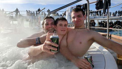 """Fabian (Mitte) und Andreas (rechts), beide 19, feierten auf der """"Full Metal Cruise"""" vor allem im Whirlpool - der Mann links sogar sieben Stunden am Stück."""