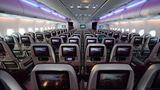 Ein Bildschirm für jeden Fluggast in iPad-Größe: In der Economy Class des Hauptdecks dominiert ebenfalls die Farbe Aubergine. Hier finden 405 Passagiere Platz, bei der Konkurrenz wie Lufthansa sind es 420 oder bei Thai Airways 435 Sitze. Qatar wird dem neuen Flaggschiff erstmals am 10. Oktober von Doha nach London fliegen. Bis Ende des Jahres werden noch weitere drei von insgesamt zehn bestellten Airbus A380 übernommen und im Liniendienst nach London und Paris zum Einsatz kommen.