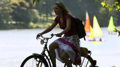 Sobald die Sonne scheint, ist die Fahrradsaison eröffnet. Dann wird es Zeit, über einen Drahtesel nachzudenken. Ein neues Rad muss nicht unbedingt teuer sein, brauchbare Markenräder gibt es schon für 500 Euro. Ein Neukauf kann sogar vernünftiger sein, als aufwändige Reparaturen an einem alten Rad, das Schäden an Lagern und Lichtanlage aufweist. Wer sparen will, muss sein Glück nicht im Baumarkt suchen. Im Frühjahr werden Vorjahresmodelle auch bei Fachhändlern billiger angeboten. Aber: Rad ist nicht gleich Rad. Damit die Wahl des richtigen Modells nicht zur Qual wird, stellen wir Ihnen die wichtigsten Fahrradtypen vor und erklären, für wen diese geeignet sind.  Für eine vernünftige Auswahl müssen Sie einschätzen, was Sie mit dem Rad machen möchten und können. Die eigene Sportlichkeit wird gern überschätzt. Fitness muss man langsam aufbauen und zwar mit einem Alltagsrad. Echte Sporträder erfordern bereits eine gewisse Kondition. Schon die Haltung basiert darauf, dass Sie auf Ihren Beinen stehen und nicht auf dem Po sitzen. Wer das nicht lange durchhält, beklagt sich schnell über den unbequemen Sattel und den zu flachen Lenker. Obendrein ist ein ausgesprochenes Sportrad nicht unbedingt alltagstauglich.   Typische Alltagsräder für jeden Zweck sind dagegen Trekkingräder oder Cityräder mit ihrem tiefen Einstieg. Trekkingräder sind durchaus auch für längere Radtouren geeignet, Cityräder eher für kurze Entfernungen.   Als Alternative gibt es auch immer mehr Elektroräder. Sie sehen inzwischen sehr viel dynamischer aus, als noch vor einigen Jahren und sind technisch ausgereift. Mit der Hilfe eines Elektromotors kann jeder die Lücke zwischen seinen Tourenwünschen und den eigenen Möglichkeiten schließen. Mit einem leistungsstarken und entsprechend teuren Akku eignen sich diese Räder auch für lange Touren. Reichweiten von bis zu 180 Kilometern sind mit einer Aufladung möglich.  Denken Sie beim Kauf daran: Von jedem Radtypen gibt es zusammengeschusterte Billigangebote und solide 
