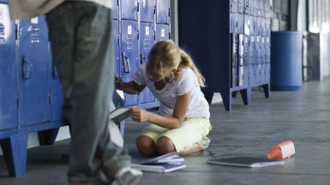 Wenn gelegentliches Ärgern zu Mobbing wird, leidet das Kind womöglich täglich. Eltern können ihm zur Seite stehen und es helfend unterstützen.