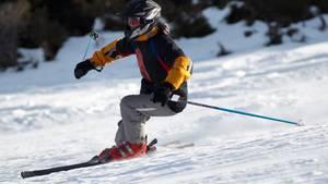Die Normen, an die sich Hersteller von Skihelmen halten müssen, sind zu gering, kritisiert ein Experte.