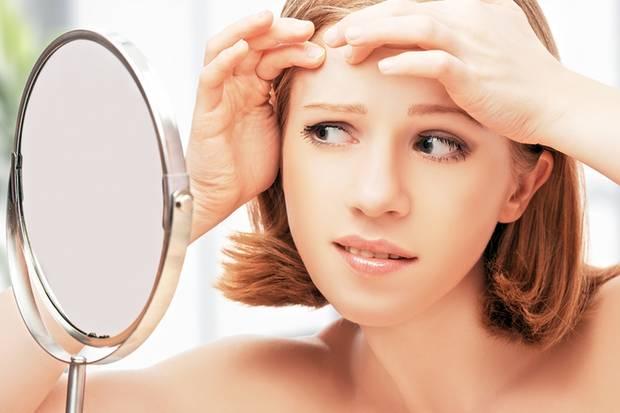 Sind schon erste Falten sichtbar? Viele Frauen streben nach einem Schönheitsideal, das der Wirklichkeit längst nicht mehr entspricht.