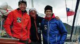 Von Ushuaia in Argentinien, die südlichste Stadt der Welt am Beagle-Kanal, segelten Extrembergsteiger Robert Jasper (links), Bergführer Jörn Heller (Mitte) und Bergfotograf Ralf Gantzhorn (rechts) auf einer kleinen Yacht zu ihrem rund 300 Seemeilen entfernten Ziel an der Südspitze Südamerikas