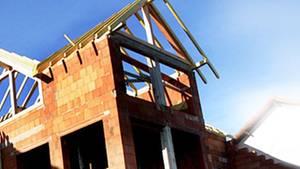 """Vor dem Hausbau muss die Finanzierung stehen. Hypothekenmakler locken mit zinsgünstigen Krediten. """"Finanztest"""" hat genauer hingesehen."""