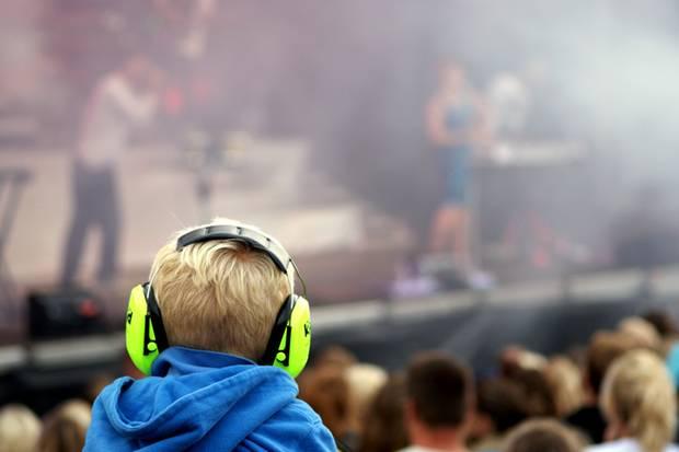 Kinder brauchen bei Festivals und Konzerten zwingend einen Gehörschutz. Aber damit ist es nicht getan.