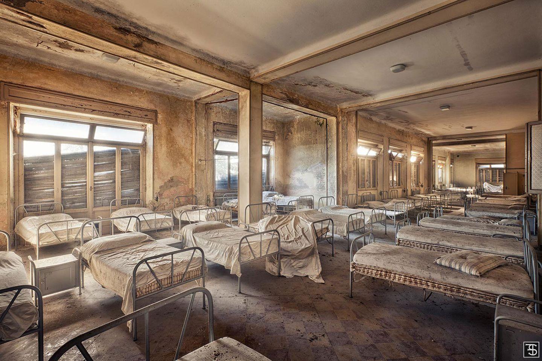 Die Bewohner dieses Gebäudes hatten vermutlich keine guten Zeiten erlebt. Es handelt sich um ein Waisenhaus, die Kinder mussten alle in einem großen Schlafraum nächtigen.