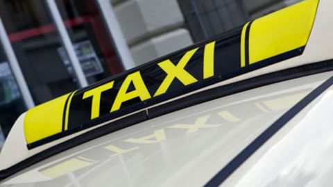 Betrunken aber bargeldlos war ein 22-Jähriger in ein Taxi gestiegen, aus dem er dann zu fliehen versuchte