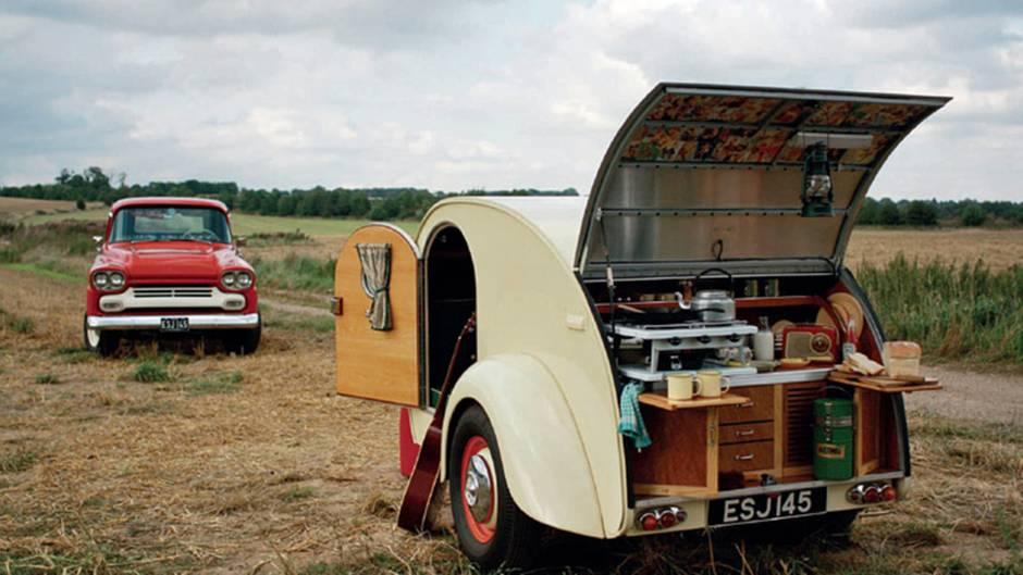 Wohnwagen sind in Mode, denn Wohnwagen haben unbestreitbare Vorzüge. Als rollendes Urlaubsdomizil sind sie technisch einfacher und finanziell günstiger als Wohnmobile. Aber es gibt Berührungsängste. In Deutschland stehen Wohnwagen für die personifizierte Unkultur im Urlaub. Aldiletten, Vereinsfahnen und Fünf-Liter-Party-Fässchen beherrschen die Campingplätze. Aber es gibt auch andere Exemplare