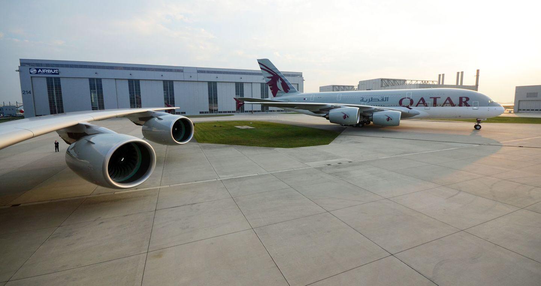 Auf dem Werksgelände von Airbus in Hamburg-Finkenwerder: Die ersten beiden Airbus A380 für Qatar Airways stehen zur Abholung bereit.