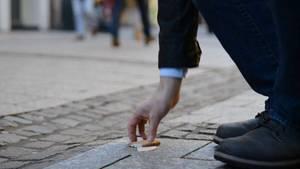 Ein Wurstbrot in der Fußgängerzone: Kann man diesen Snack noch weiter essen?