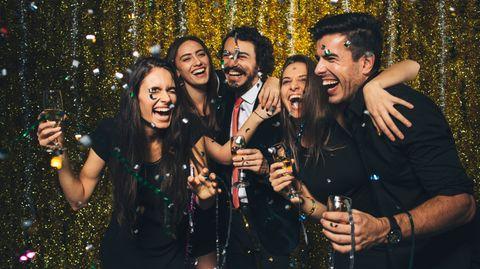 Der Klassiker für Silvesterpartys: Champagner! Alternativ gehen natürlich auch andere Schaumweine, Sekt etwa, am besten Winzersekt, Prosecco oder Crémant.