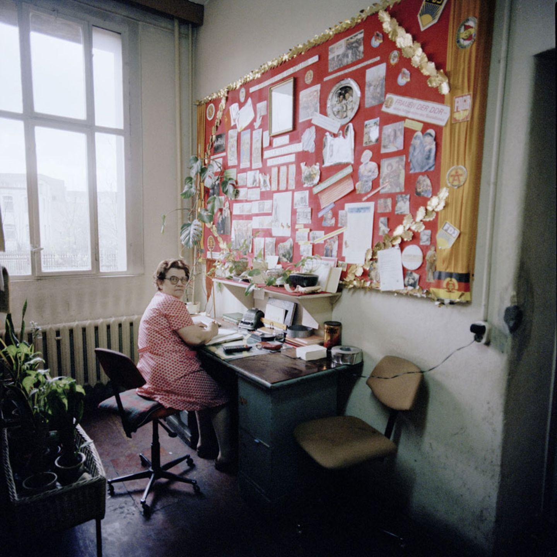 Sieht aus wie 1960, ist aber schon 1987: eine Frau in der Abteilung Agitation und Propaganda im VEB Zwickauer Kammgarnspinnereien in Gera