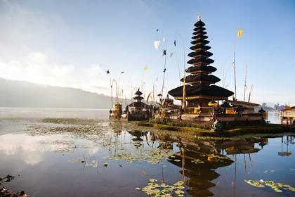 Der Pura Ulun Danu Bratan ist einer der wichtigsten Seetempel in Bali. Der großzügig angelegte Tempelkomplex liegt am Ufer des Bratan-Sees im Norden der Insel