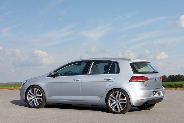 Der nächste Golf soll wieder eine Ikone des Automobilbaus werden. Er ist die siebte Reihe des VW-Bestsellers und soll Ende 2012 auf den Markt kommen.  Der erste Golf, gezeichnet von Giorgetto Giugiaro, war so ein Meilenstein, auch der Golf IV, designt von Hartmut Warkuß, läutete eine neue Epoche ein.   Der jetzige Golf, die Reihe VI, kann da nicht ganz mithalten. Er ist ein gutes, praktisches Auto, das die Verfolger in den meisten Vergleichstest auf die Plätze verweist, aber er hat nichts Außergewöhnliches an sich.  Der nächste Golf von Walter de Silva soll wieder Maßstäbe setzen. Die Richtung hat de Silva bereits mit dem Polo vorgegeben. Der Golf VII wird kantiger und dynamischer, seine Proportionen stimmiger. Der Wagen ist konzentrierter als das jetzige Modell, das deutlich zu Rundungen und Wohlstandsspeck neigt.  Damit der Wagen mächtiger wirkt und satter auf der Straße liegt, wird er sogar ein wenig flacher. Eine gewagte Entscheidung, angesichts einer älter werdenden Bevölkerung, die eine hohe Sitzposition und bequemes Ein- und Aussteigen schätzt. Der Golf VII legt auch in der Länge zu. Kofferraum und hintere Passagiere werden davon profitieren. Der Golf soll so in den Kreis der vollwertigen Reisefahrzeuge aufrücken. Der Abstand zum Polo wird größer.   Mit einem anderen Designmerkmal trifft der Golf dagegen einen eher unschönen Trend: Der Anteil der Glasflächen schrumpft abermals. Der Unterbau aus Metall wird größer, die Scheiben zu Sehschlitzen zusammengequetscht.  Technisch baut der Golf auf dem neuen Modularen Querbaukasten (MQB) des Konzerns auf. Hiermit treibt VW die sogenannte Gleichteilestrategie auf die Spitze. Ein Anteil von über zwei Dritteln Gleichteile bei 60 Prozent der Fahrzeuge soll VW enorme Kostenvorteile sichern. Billiger werden die Autos davon nicht, Volkswagen stellt eine bessere Ausstattung in Sicht. Bleibt nur zu hoffen, dass mehr als ein Aux-Adapter fürs Radio ohne Aufpreis dabei rausspringt.