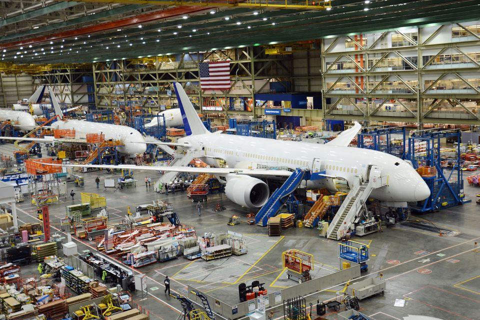 In der Werkshalle in Everett: Aufgereihte Dreamliner mit den geschwungenen Tragflächen und leicht nach oben gebogenen Flügelspitzen, die sich im Flug um drei Meter nach oben biegen können.