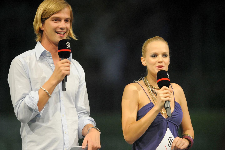 """Joko Winterscheidt begann seine Karriere als Moderator bei MTV. Daneben arbeitete er auch für RTL2: Mit langen Haaren, aber ohne Brille moderierte er zusammen mit Mirjam Weichselbraun 2008 die Chartshow """"The Dome""""."""