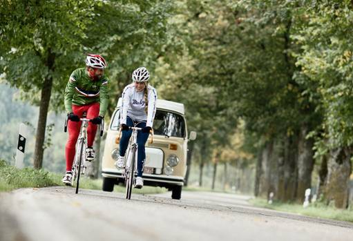 Maloja bietet Radkleidung an, die am wenigsten nach Tour de France aussieht. Die Stücke erinnern an Skatewear und Freeride-Bekleidung, wirken durch den verspielten Alpenschick nicht so martialisch. Die meisten Kunden sind weiblich.