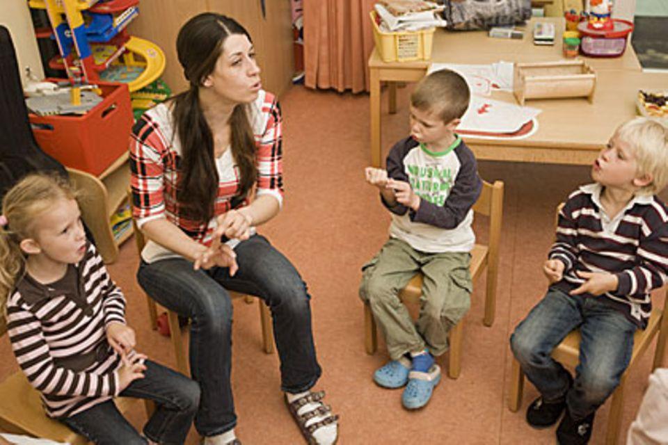 Stimmlich anstrengend: Erzieher und Lehrer müssen viel sprechen - und das häufig bei Lärm