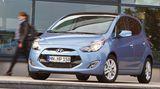 Der Basispreis des ix20 (Classic-Ausstattung mit 90 PS-Benziner) wird bei ungefähr 15.000 Euro liegen. Die exakten Preise will Hyundai erst später bekannt geben. Zu den Konkurrenten des koreanischen Minivans zählen das Schwestermodell Kia Venga (90 PS ab 14.425 Euro), der Honda Jazz (90 PS ab 12.550 Euro), Skoda Roomster (86 PS ab 14.450 Euro), Nissan Note (88 PS ab 13.910 Euro), Renault Grand Modus (75 PS ab 13.700 Euro) oder Opel Meriva (100 PS ab 15.900 Euro)