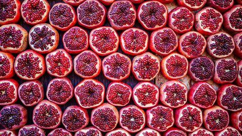 Granatapfel  In der Antike galt der Granatapfel bereits als Zeichen der Fruchtbarkeit - allein schon durch seine pralle, saftige Erscheinung. Seine zellerneuernde Wirkung ist ein grandioser Nebeneffekt. Schmeckt köstlich zu herzhaften Salaten oder einfach als Topping im Joghurt.