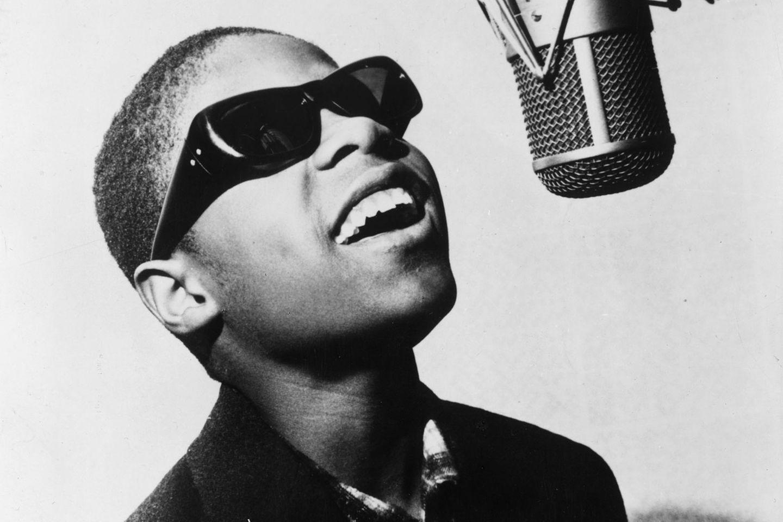 """Der zweite ganz große Musiker der Motown-Ära war Stevie Wonder. In den frühen 60ern feierte er erste Erfolge als Kinderstar. Im Alter von 13 Jahren gelang ihm mit """"Fingertips (Pt. 2)"""" als Little Stevie Wonder ein großer Hit. Später ließ er das """"Little"""" weg, blieb aber mit Songs wie """"Uptight"""" weiter erfolgreich.   In den 70er Jahren stieg er dann zum ernstzunehmenden Künstler auf. Seine Alben """"Music of My Mind"""", """"Talking Book"""" (beide 1972), """"Innervisions"""" (1973), """"Fulfillingness' First Finale"""" (1974) und vor allem das Doppelalbum """"Songs in the Key of Life"""" (1976) sind bis heute gültige Meisterwerke, die bei Publikum und Kritikern gleichermaßen ankamen. Wie ein Mozart der Soulmusik spielte Wonder bei vielen dieser Platten sämtliche Instrumente im Alleingang ein und öffnete die Songs für gesellschaftlich relevante Themen. Zusammen mit Marvin Gaye entwickelte er den Hit-orientierten Soul der 60er Jahre zu anspruchsvoller Musik weiter, die auf Albumlänge funktionierte."""