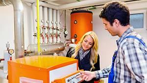 Moderne Heizkessel heizen zwar weiter mit Öl und Gas, benötigen aber deutlich weniger Brennstoff