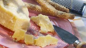 Auch zum Dessert eignet sich der Parmesan. Hier gilt: Den Käse mit einem Messer brechen, nicht schneiden.