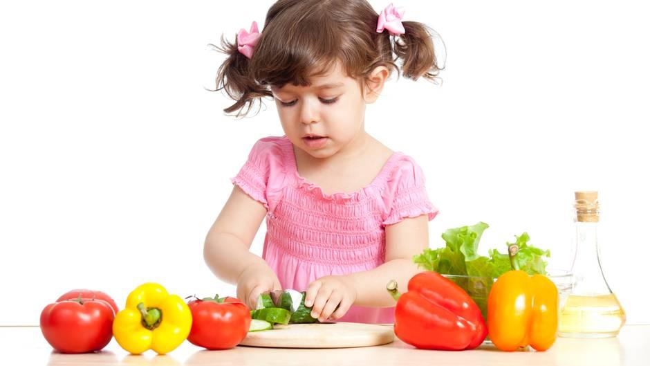 Essen Sie gesund und mit Genuss - denn Kinder sind neugierig und ahmen Erwachsene nach. So lernen sie, sich richtig zu ernähren.