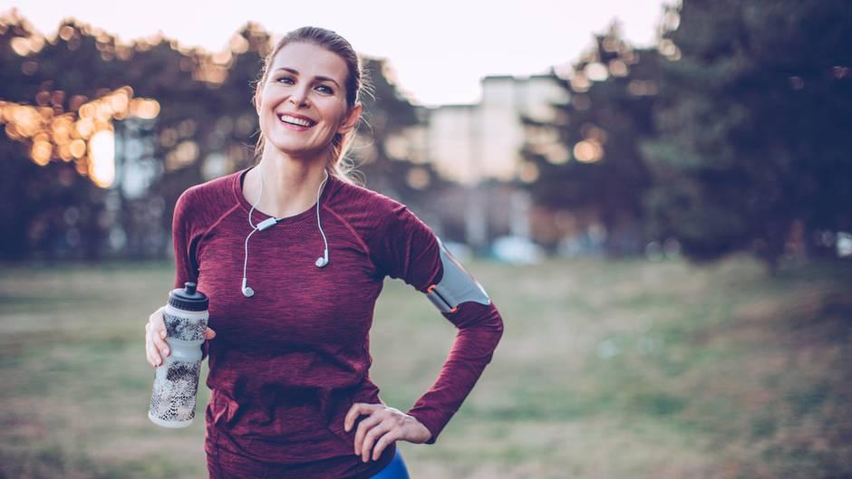 Endlich mehr Sport machen? Wichtig ist es, sich konkrete Ziele zu setzen - und erst einmal mit kurzen Strecken anzufangen.