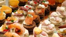 Bunt belegte Brot-Häppchen - schnell gemacht und abwechslungsreich. Für ein festliches Buffet dürfen sie ruhig etwas extravaganter ausfallen.