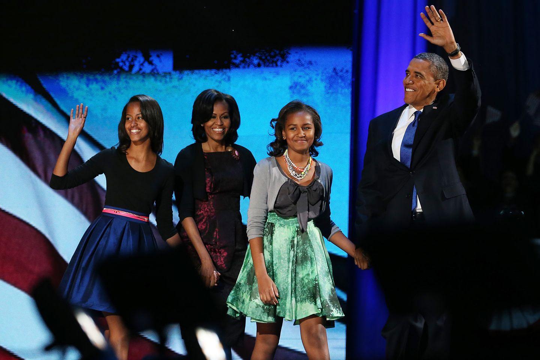 """Ohne Motown kein US-Präsident Obama. Das behaupten zumindest einige Kulturkritiker in den USA. Dass die Bedeutung von Motown von Anfang an über die Musik hinausging und einen großen Beitrag zur Gleichstellung der Afroamerikaner leistete, ist heute unbestritten. Berry Gordy machte schwarze Künstler zu Stars, die von einem überwiegend weißen Publikum gehört wurden. Dass die Firma von Schwarzen geführt wurde, zeigte dem restlichen Amerika, dass der Kapitalismus keine exklusive Angelegenheit für Weiße ist. Der Motown-Sound gab vielen Schwarzen Selbstbewusstsein und begleitete ihren gesellschaftlichen Aufstieg.   So ist es nur folgerichtig, dass die Musik von Motown auch eine große Rolle in der Präsidentschaft Barack Obamas spielt. Stevie Wonders """"Signed, Sealed & Delivered"""" wurde bei seinen Wahlkampfauftritten 2008 gespielt und erklang auf den beiden Wahlpartys, als sich Obama mit seiner Familie 2008 und 2012 den begeisterten Anhängern präsentierte."""