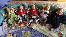 Seit ihrer Geburt begleitet stern TV die Beutelspacher Fünflinge. Im Januar 1999 kamen sie per Kaiserschnitt zur Welt, wogen anfangs nur zwischen 875 und 1070 Gramm. 25 Ärzte, Hebammen und Schwestern halfen bei der Geburt.