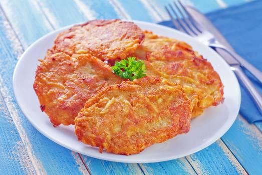 Kartoffelpuffer und andere Kartoffelprodukte      Das Wichtigste, das Zöliakie-Patienten vom Speiseplan streichen müssen, sind Fertiggerichte und Fertigprodukte. Dazu zählen auch Kartoffelprodukte wie Puffer und alles, was aus einer Kartoffelmasse geformt werden kann, Kroketten etwa. Zwar sind Kartoffeln von Natur aus glutenfrei; Kartoffelerzeugnissen werden aber häufig Mehl oder glutenhaltige Zusätze zum Binden beigemischt. Wer seine Puffer selbst zubereitet, ist auf der sicheren Seite.
