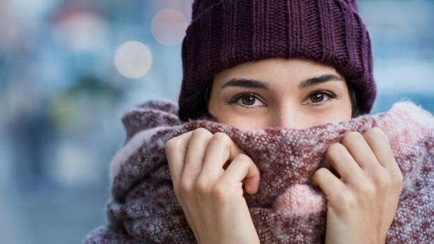"""Eine Erkältung wird durch Kälte verursacht  Nein. Viren lösen eine Erkältung oder Grippe aus. Aber: """"Wenn der Körper schon eine beginnende Infektion bekämpft und dann stark friert, kann dies das berühmte i-Tüpfelchen sein"""", sagt Martin Scherer, Direktor des Instituts für Allgemeinmedizin am Universitätsklinikum Hamburg-Eppendorf. Es gibt auch die These, dass die Nasen-Rachenschleimhaut bei Kälte anfälliger für Virusinfektionen ist, aber die ist wissenschaftlich nicht belegt."""