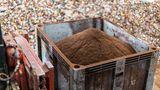 Der herausgelöste Kaffeesatz wird abtransportiert. Er wird kompostiert oder verbrannt.